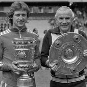 Das Double 1977/1978: Heinz Flohe (links) und Trainer Hennes Weisweiler präsentieren ihre Trophäen.
