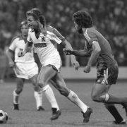 Heinz Flohe im Duell mit Paul Breitner.