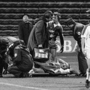 Der Tag des Unglücks: 1860 München gegen MSV Duisburg, 01.12.1979 - Heinz Flohe muss nach einem Foul von Paul Steiner seine Karriere beenden.