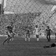 Heinz Flohe trifft zum 1:0 für den TSV 1860 gegen den VfL Bochum.