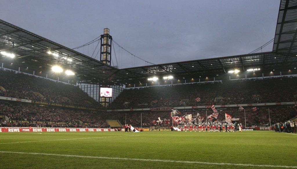 Das RheinEnergieStadion unter Flutlicht. Es soll künftig auf montags Abendspiele in der Ersten Liga geben.