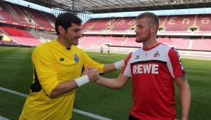 Timo Horn (re.) trifft auf eines seiner Idole, Iker Casillas.