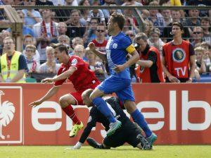 Die Szene, die zum Elfmeter führte: Olkowski wird von Meppens Keeper gefoult.