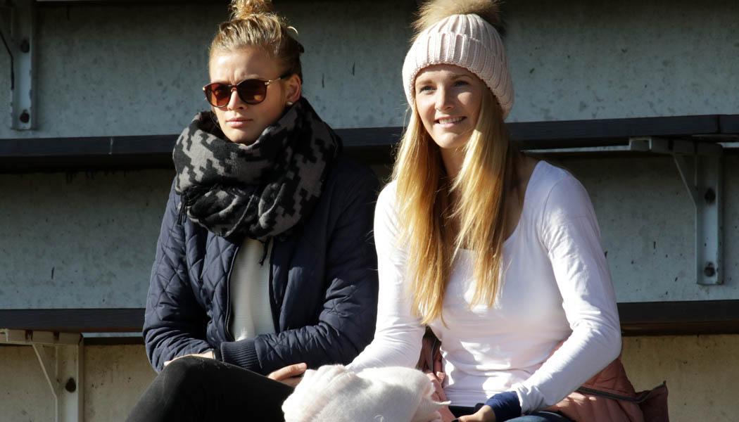 Lena Schrum und Rachel Rinast auf der Tribüne: Die Frauen des 1. FC Köln gewinnen gegen Borussia Mönchengladbach mit 4:1.