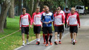 Martin Heck (in blau) und Lukas Klünter (li.) mit weiteren Spielern der U21 des 1. FC Köln.