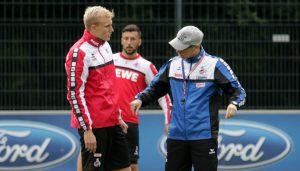 Peter Stöger erklärt Frederik Sörensen taktische Details. Dominic Maroh schaut im Hintergrund zu.