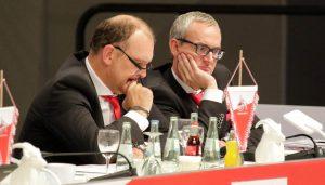 Jörg Schmadtke und Alexander Wehrle bei der JHV 2015 des 1. FC Köln.