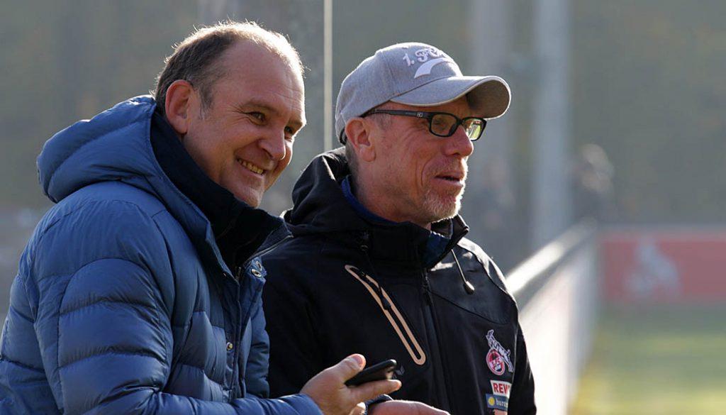 Jörg Schmadtke und Peter Stöger im intensiven Gespräch am Trainingsplatz.