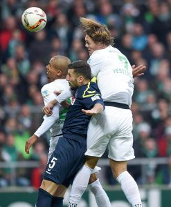 Jannik Vestergaard überspringt Dominic Maroh. (Foto: Ulmer/Hake)