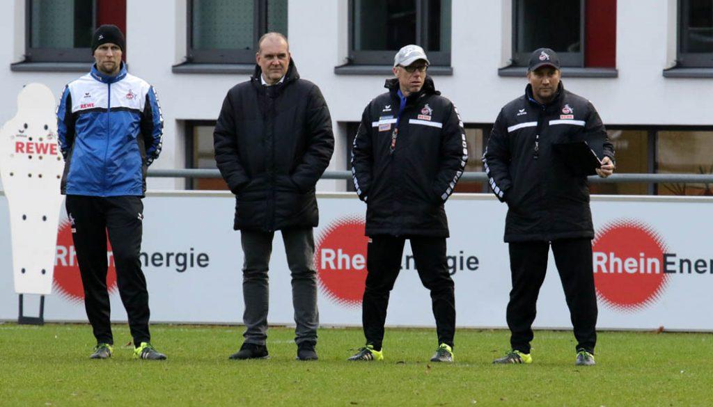 Das Trainerteam und der Manager beobachten die Einheit.