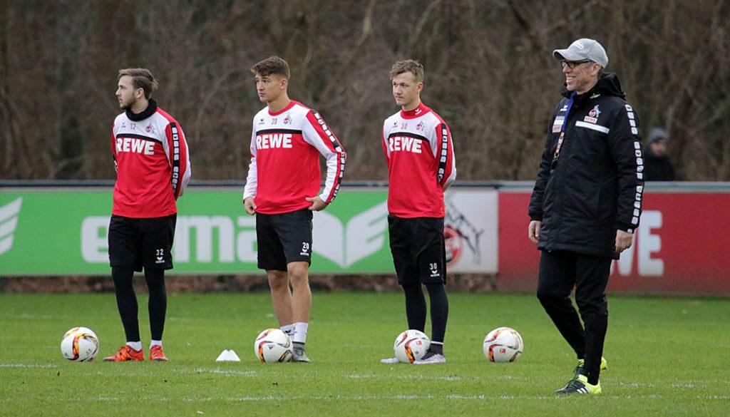 Lucas Cueto, Salih Özcan und Marcel Hartel mit Trainer Peter Stöger.