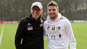 Peter Stöger mit Neuzugang Filip Mladenovic. (Foto: GBK)