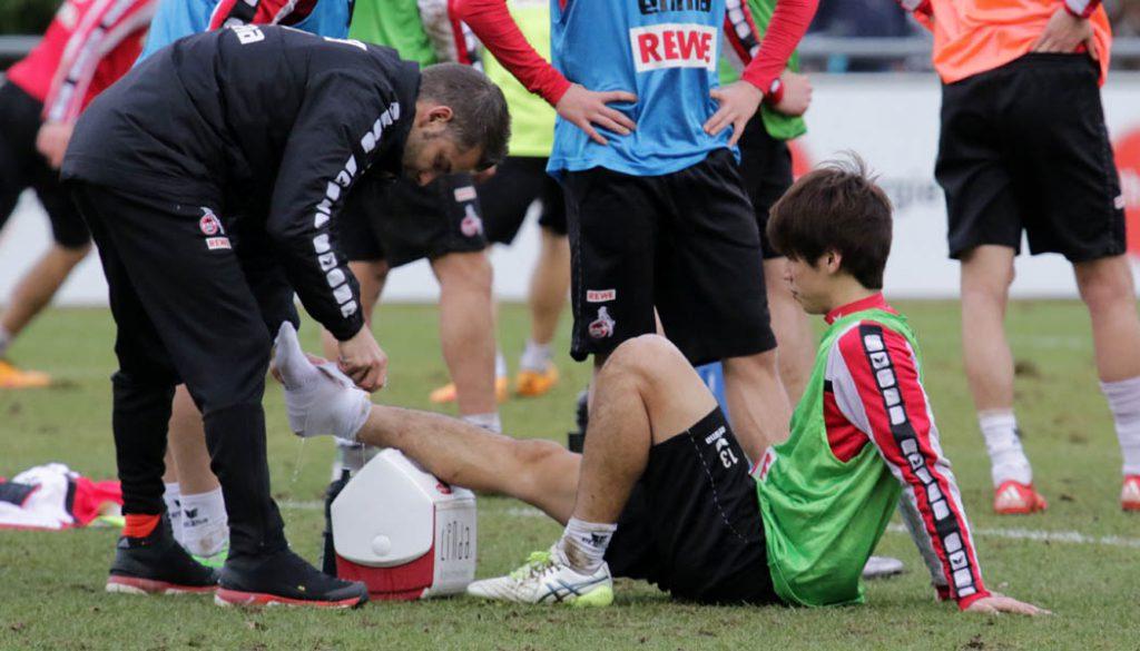 Yuya Osako bekommt einen Schlag auf seinen rechten Knöchel und muss das Training abbrechen. (Foto: GBK)