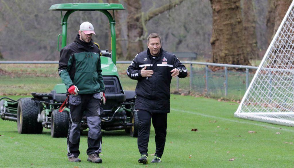 Manfred Schmidt bittet einen Platzwart um Hilfe. (Foto: GBK)