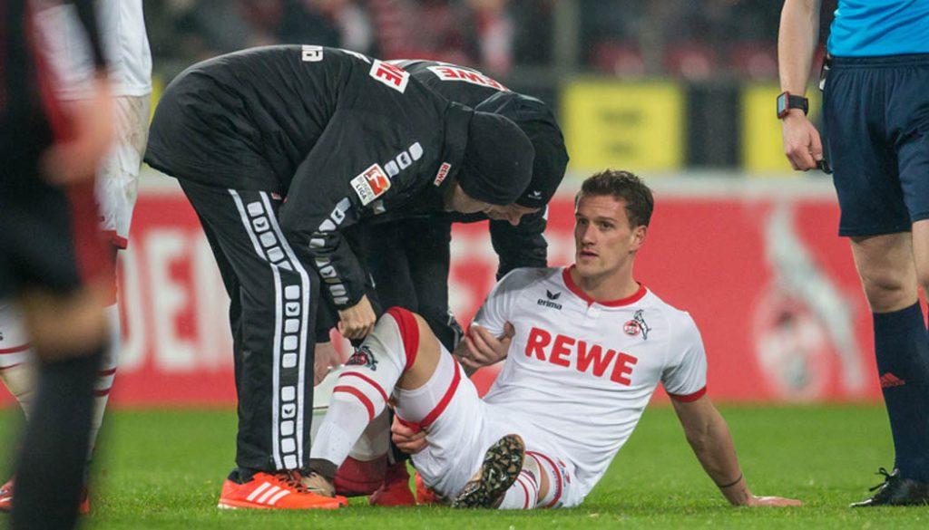 Simon Zoller verletzt am Boden. (Foto: Jörg Schüler)