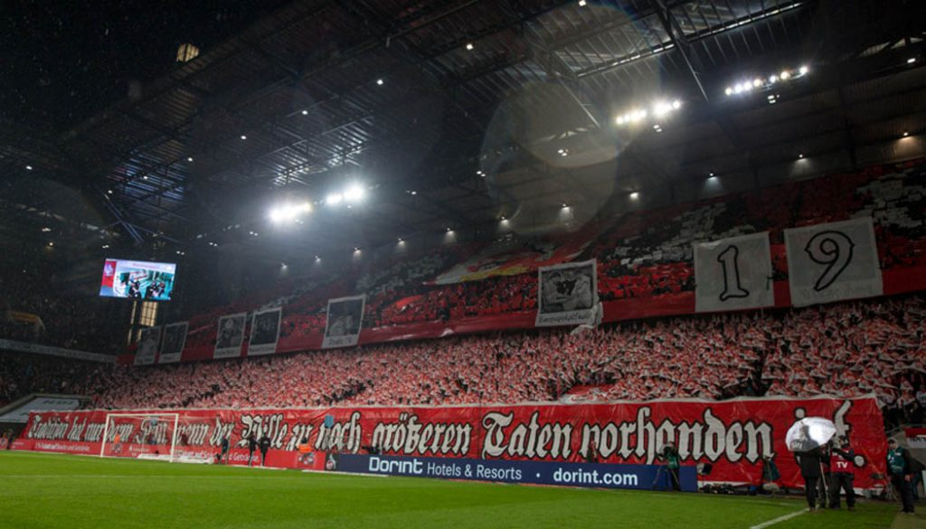 Die Choreografie der FC-Fans vor dem Spiel gegen die Eintracht. (Foto: Jörg Schüler)