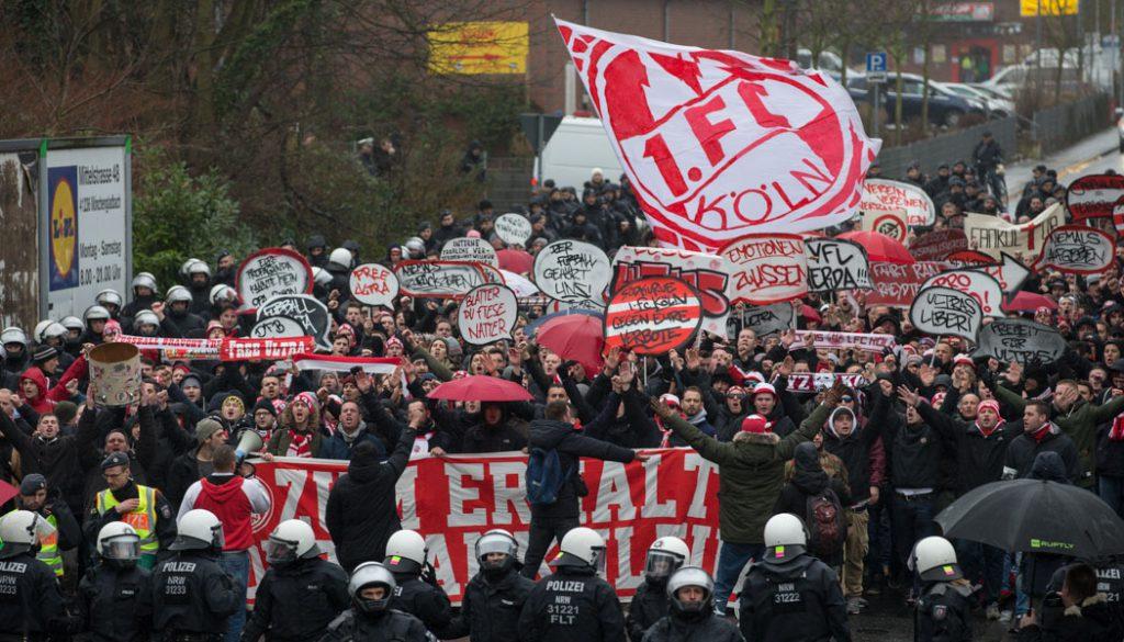 Die Fans des 1. FC Köln demonstrieren in Rheydt gegen den DFB. (Foto: Jörg Schüler)