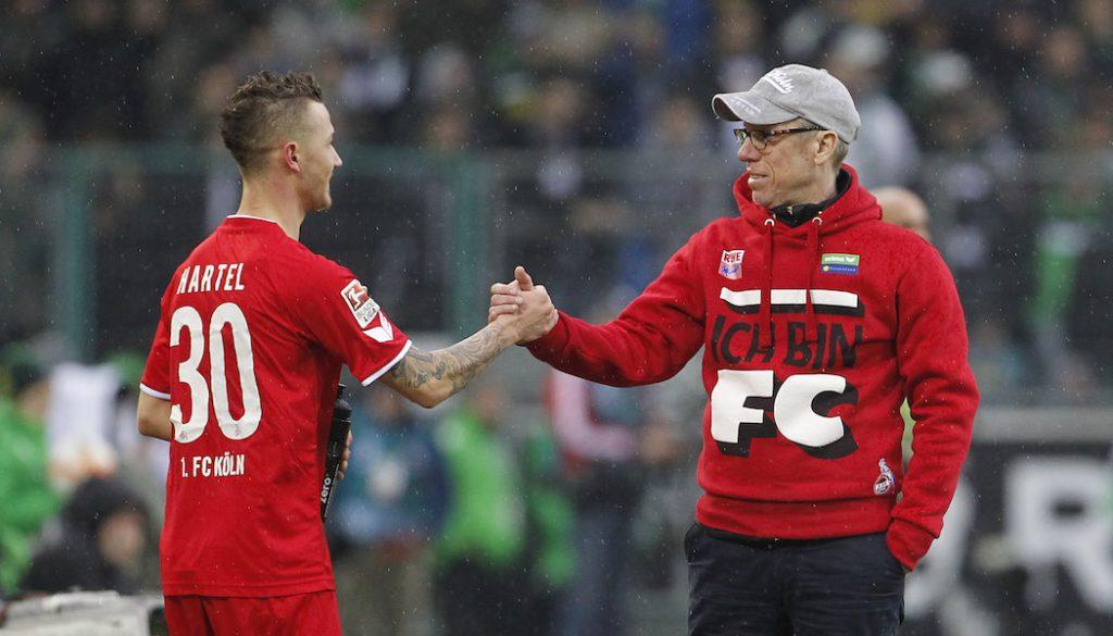 Mönchengladbach, Borussiapark, 20.02.16: Marcel Hartel (L) (1.FC Köln) klatscht ab bei seinem Bundesliga Debüt mit Trainer Peter Stöger (1.FC Köln) im Spiel der 1. Bundesliga zwischen Borussia Mönchengladbach vs. 1.FC Köln in der Saison 2015/2016.