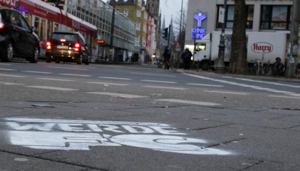 """Währenddessen in der Innenstadt: """"Werde FC"""" - So ist es seit Weiberfastnacht in der Kölner Innenstadt zu lesen. (Foto: GBK)"""