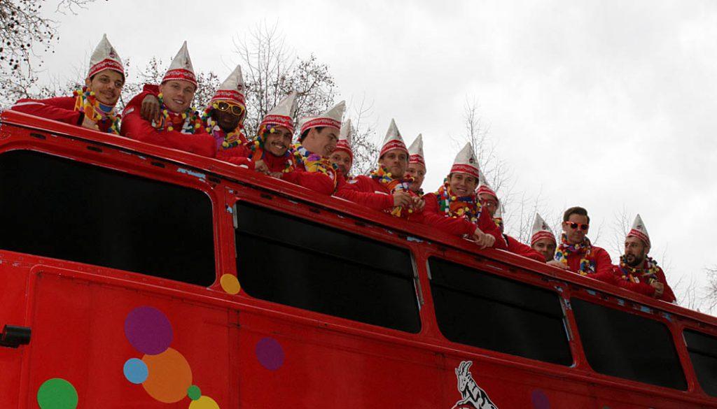 Tony Modeste und Leo Bittencourt gemeinsam auf dem Bus des 1. FC Köln am Rosenmontagszug. (Foto: GBK)