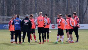 Das Team des 1. FC Köln lauscht den Worten von Trainer Peter Stöger. (Foto: GBK)