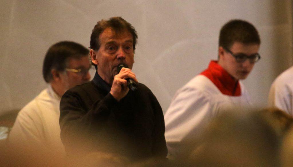 Kafi Biermann singt zum Abschied von Hannes Löhr. (Foto: GBK)