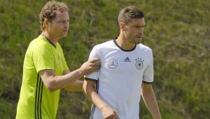 DFB-Co-Trainer Marcus Sorg leitet Jonas Hector im Training an. (Foto: M.i.S.)