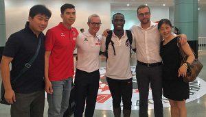 Anthony Ujah trifft Alexander Wehrle und Jörg Jakobs in China. (Foto: Twitter)