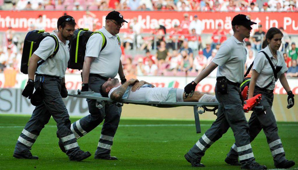Dominic Maroh wird von Lilien-Keeper Esser mit dem Knie getroffen und muss verletzt vom Feld. (Foto: JP)
