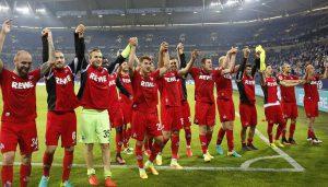 Das Team des 1. FC Köln lässt sich nach dem 3:1-Auswärtssieg auf Schalke von rund 4000 Fans feiern. (Foto: MV)