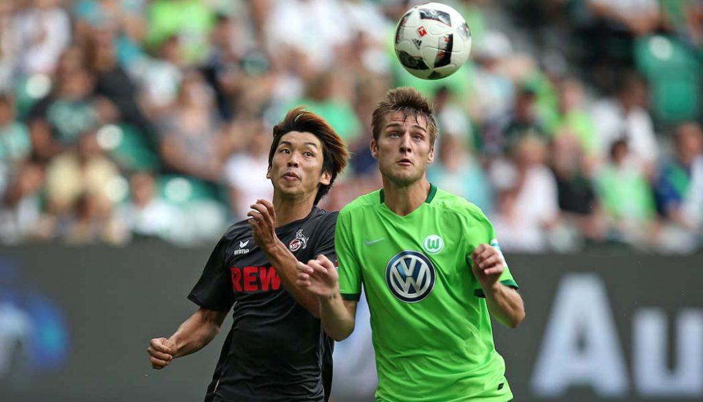 Yuya Osako gegen Robin Knoche im Spiel des 1. FC Köln gegen den VfL Wolfsburg. (Foto: CM)