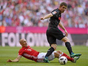 Arjen Robben im Duell gegen Dominique Heintz. (Foto: M.i.S.)