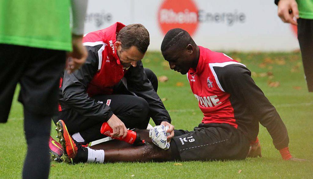 Sehrou Guirassy wird im Training behandelt. (Foto: GBK)