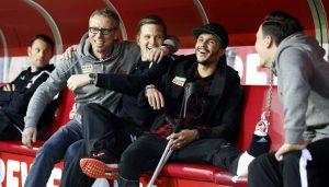 Leonardo Bittencourt mit Krücken und Gips hat Spaß auf der Bank des 1. FC Köln vor dem Spiel gegen den HSV. (Foto: MV)