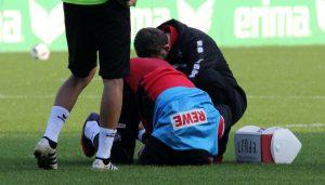 Anthony Modeste verletzt am Boden. (Foto: GBK)