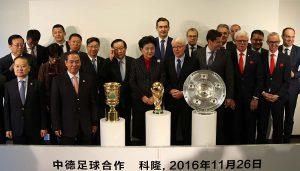 Liu Yandong (Mitte) bei der chinesisch-deutschen Fußballkooperation am Geißbockheim. (Foto: GBK)