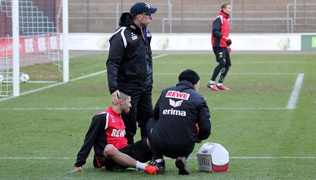 Zuspruch von Trainer Stöger: Hikmet Ciftci musste das Training abbrechen. (Foto: GBK)