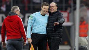 Jörg Schmadtke, nicht einverstanden, aber charmant im Umgang mit dem Schiedsrichtergespann. (Foto: MV)