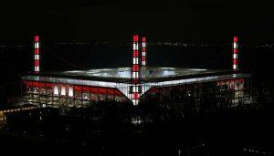 Das RheinEnergieStadion in Müngersdorf erleuchtet in Rot und Weiß. (Foto: MV)
