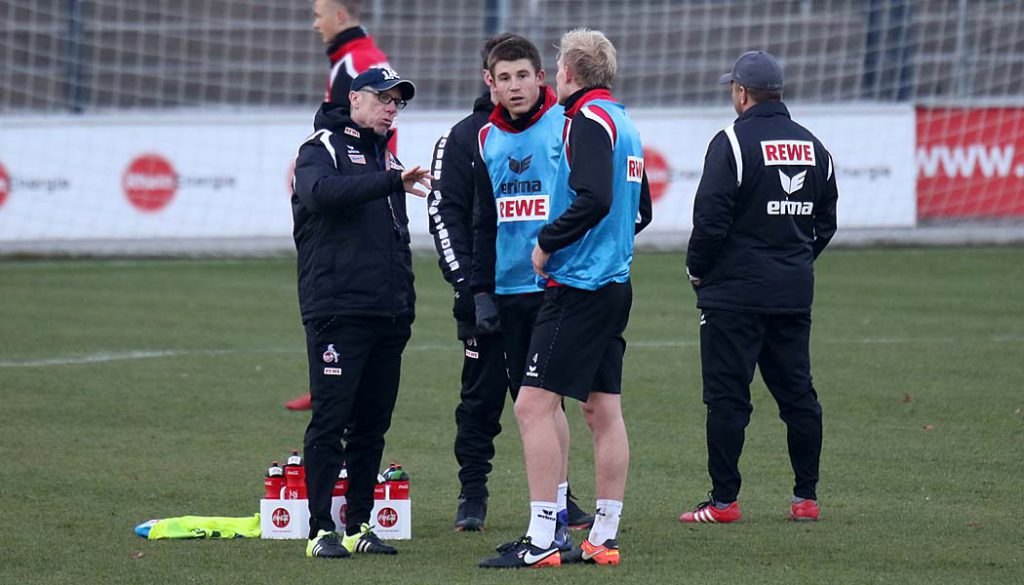 Peter Stöger im Gespräch mit seiner Defensive. (Foto: GBK)