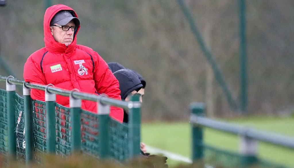 Peter Stöger beobachtet das 1:1 in Anderlecht. (Foto: GBK)