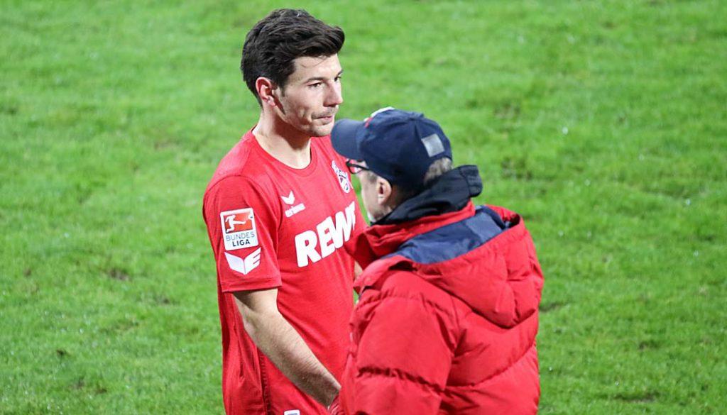 Milos Jojic nach seiner Auswechslung im Spiel gegen den VfL Bochum mit Trainer Peter Stöger. (Foto: GBK)