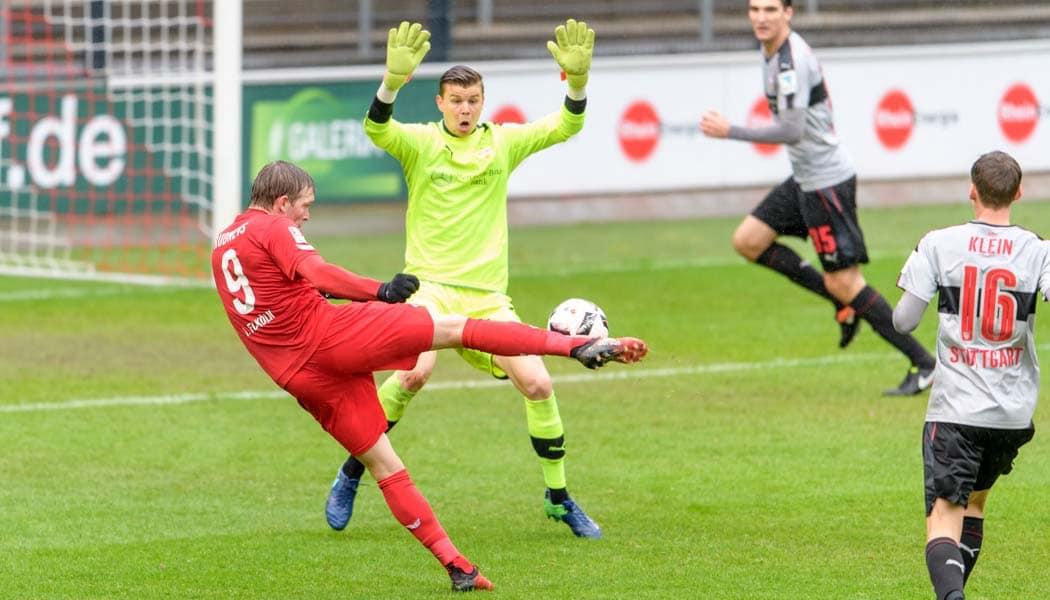 Artjoms Rudnevs vergibt eine Großchance gegen den VfB Stuttgart. (Foto: JS)