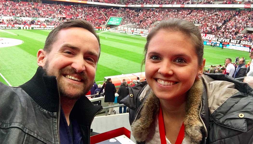 Sonja Eich und Marc Merten auf der Pressetribüne im RheinEnergieStadion. (Foto: GBK)
