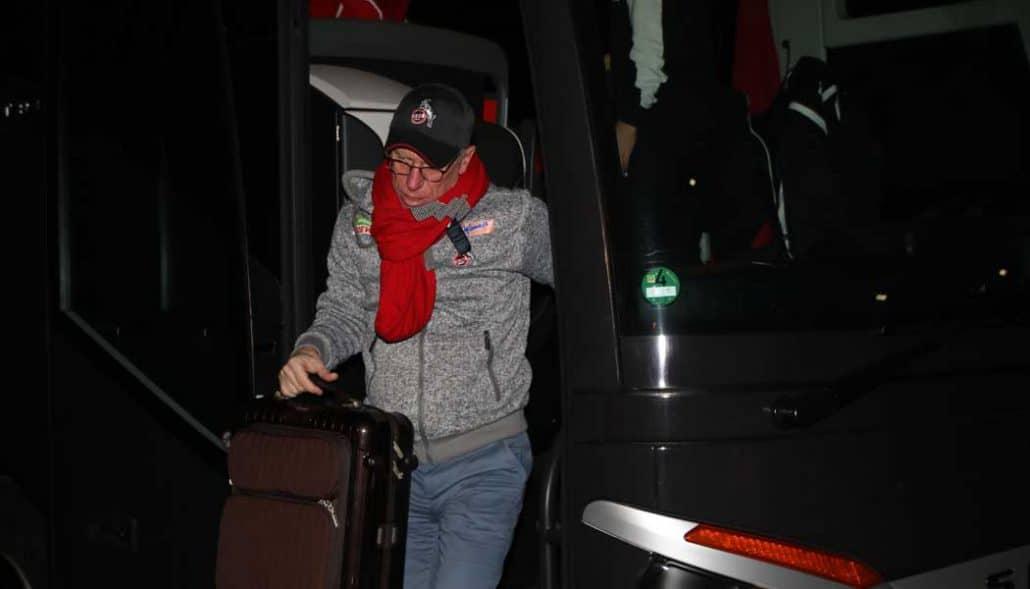Peter Stöger steigt nach der Rückkehr aus Gelsenkirchen aus dem Bus. (Foto: GBK)